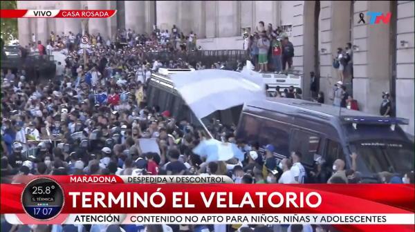 Scene de NEIMAGINAT la inmormantarea lui Maradona! MILIOANE de oameni pe strazi, incidente grave au facut familia sa ceara ca totul sa fie facut cat mai repede! AICI VIDEO
