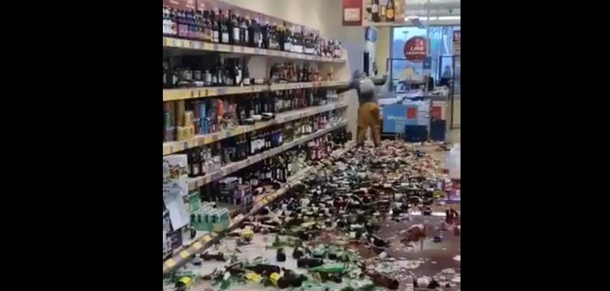 Imagini INTERZISE barbatilor! O femeie a spart peste 500 de sticle de bauturi alcoolice! Paguba uriasa pe care aceasta a provocat-o