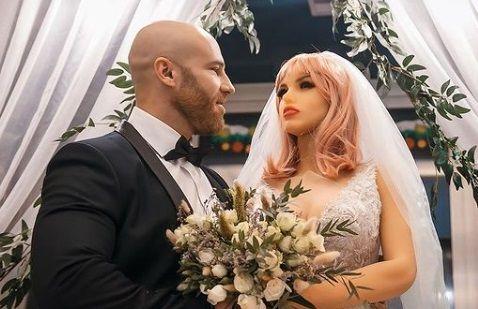 Culturistul care s-a casatorit cu papusa sa gonflabila! Detalii incredibile despre relatia celor doi si cererea in casatorie. Sportivul vrea si un copil