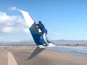 VIDEO NEBUNIE curata! Un barbat s-a urcat pe ARIPA unui avion care se pregatea de DECOLARE. A urmat ATERIZAREA fortata
