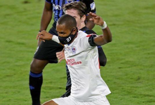 Imaginile MOMENTULUI! El este singurul fotbalist din lume care poarta masca de protectie in timpul meciurilor! Ce a declarat jucatorul