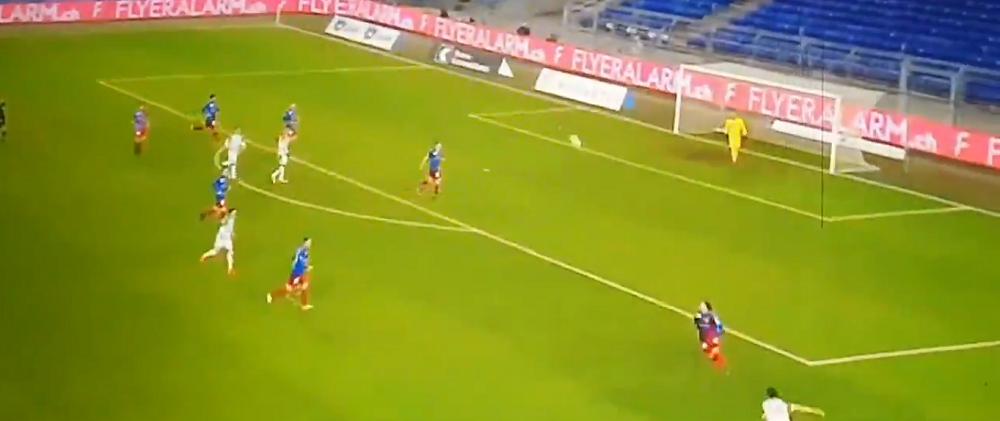 VIDEO | A lovit mingea cu capul si a cazut ca fulgerat pe gazon! Cea mai CIUDATA accidentare din fotbal! Ce s-a intamplat