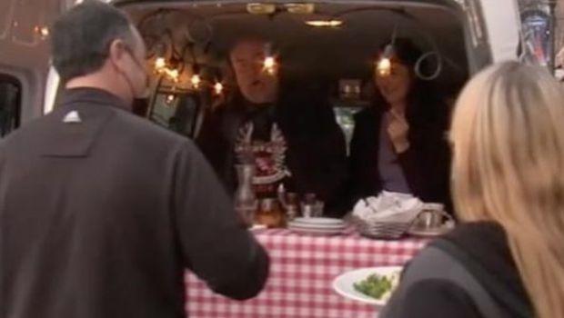 Si ce daca s-au inchis restaurantele? Ideea GENIALA de a servi masa in oras. Nimeni nu-i poate opri!