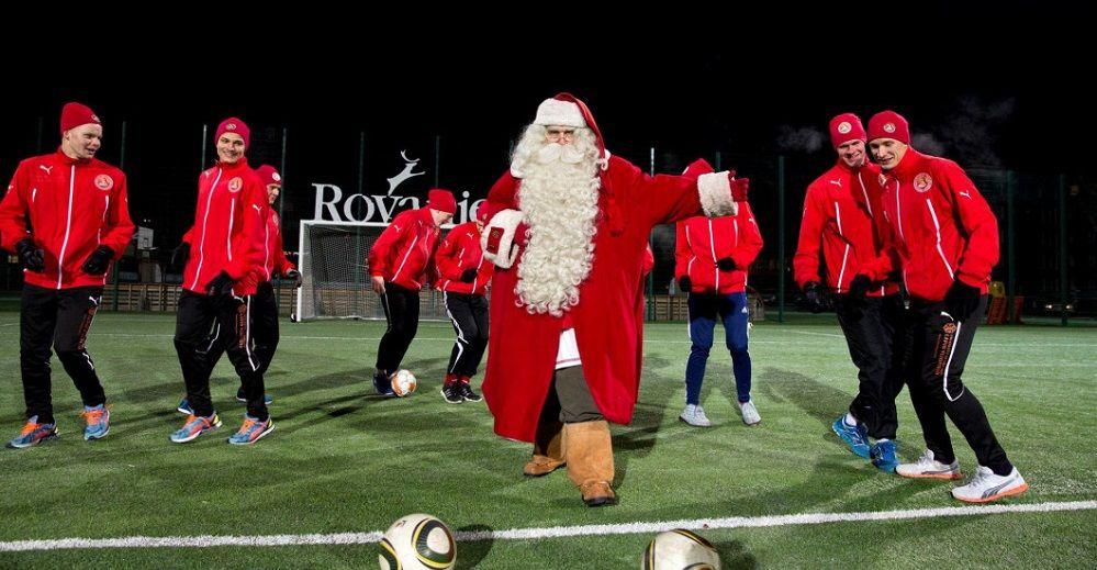 Mos Craciun are echipa de fotbal! :) Istoria FANTASTICA a clubului din Laponia la meciurile caruia Mosul e prezent de fiecare data