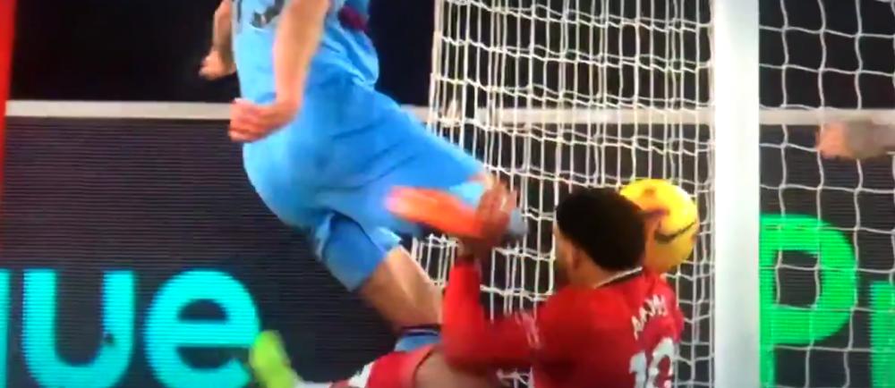 Imaginile care fac inconjurul lumii! Incident SOCANT in Premier League: i-a sutat in CAP adversarului dupa ce a ratat mingea! Ce a putut sa se intample