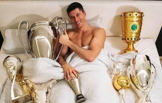 Nu mai are loc in pat de TROFEE! :) Poza cu care Lewandowski A RUPT INTERNETUL! Ce a postat superstarul lui Bayern