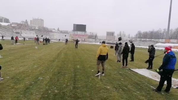 ULTIMA ORA: Misiune indeplinita! Fanii dinamovisti au reusit sa inlature zapada de pe gazon inaintea meciului cu Gaz Metan