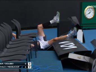 A daramat tot ce i-a stat in cale! :) Scena memorabila la Australian Open intr-un meci de dublu masculin: ce a putut sa faca un jucator incercand sa returneze o minge