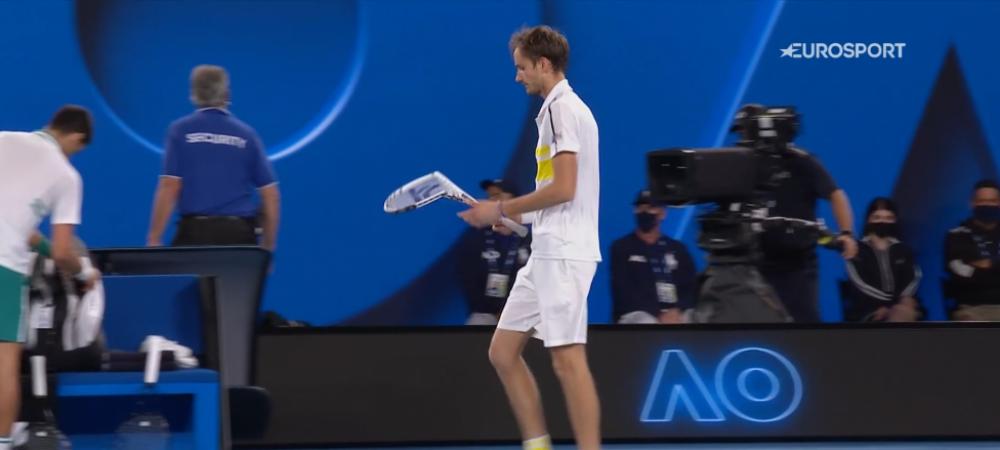"""""""Medvedev conduce... la numarul rachetelor sparte!"""" :) Rusul, cu nervii intinsi la maximum in finala cu Novak Djokovic"""