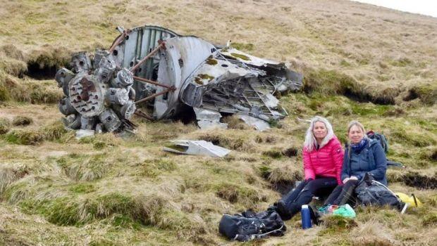 Descoperire INCREDIBILA facuta de doua femei in timpul unei plimbari! Au gasit epava unui avion prabusit in urma cu aproape 80 de ani