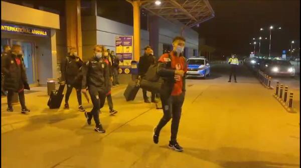 Genial! Jucatorii lui CFR Cluj nu s-au putut desparti de trofeu si au iesit cu cupa pe la 'bagaje' in aeroport! Sunt imaginile momentului