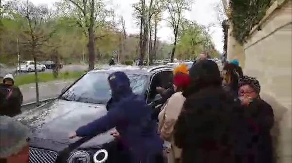 EXCLUSIV | Palatul lui Gigi Becali, luat cu asalt inainte de Pasti! Cum a reactionat patronul FCSB-ului cand a iesit din curte la volanul bolidului sau