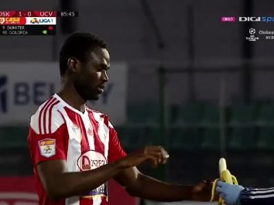 Moment genial in timpul meciului dintre Sepsi si Craiova. Fofana a venit la marginea terenului sa manance o banana :)