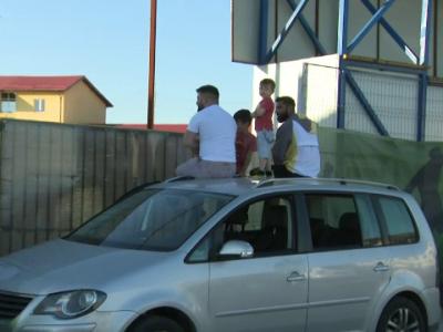 Loja VIP de 5 stele la Clinceni! :) Mai multi fani au vazut meciul cu CFR catarati pe masina. Jandarmeria i-a luat la intrebari