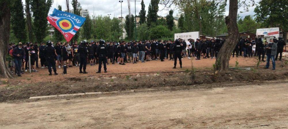 Fanii Stelei, prezenti langa echipa la primul meci de la baraj! Zeci de ultrasi se afla in afara stadionului din nordul Bucurestiului