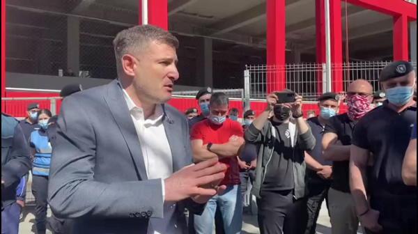 """""""De ce-l bagi pe Petre?!"""" Incredibil! Atacantul de la care se asteptau milioane, contestat dur si la UTA! Imagini unice in Romania: Balint a stat sa le explice tactica suporterilor"""
