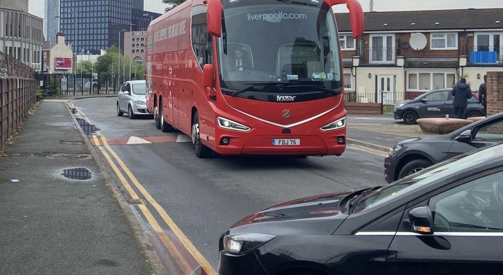 BREAKING NEWS   Ca in filmele cu mafioti! Autocarul lui Liverpool, blocat de mai multe masini! Rotile i-au fost sparte in Manchester. Meciul e in pericol
