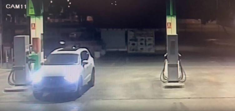 Imagini incredibile! I-au furat hotii masina din benzinarie in timp ce platea alimentarea! Cum s-a intamplat