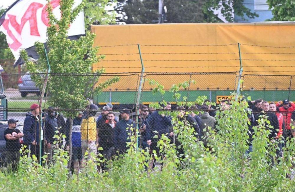 Pitestenii au sfidat restrictiile! Zeci de oameni au urmarit meciul cu Dinamo de la tribuna oficiala. Cum si-au incurajat suporterii dinamovisti favoritii
