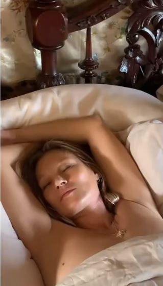 Supermodelul international care a primit aproape 15 000 de euro pentru un clip in care doarme dezbracata! Sunt imaginile momentului