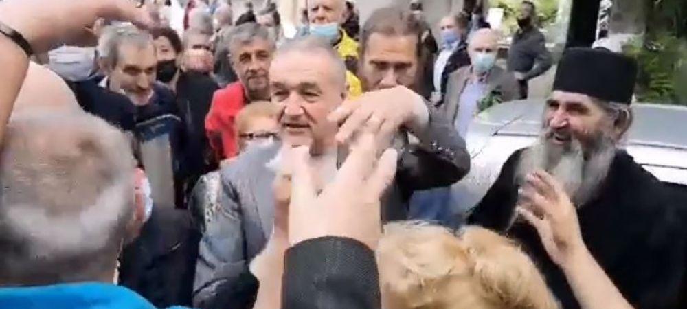 Imagini incredibile cu Gigi Becali la inmormantarea lui Ion Dichiseanu! A fost asaltat de oameni si a inceput sa imparta cu bani