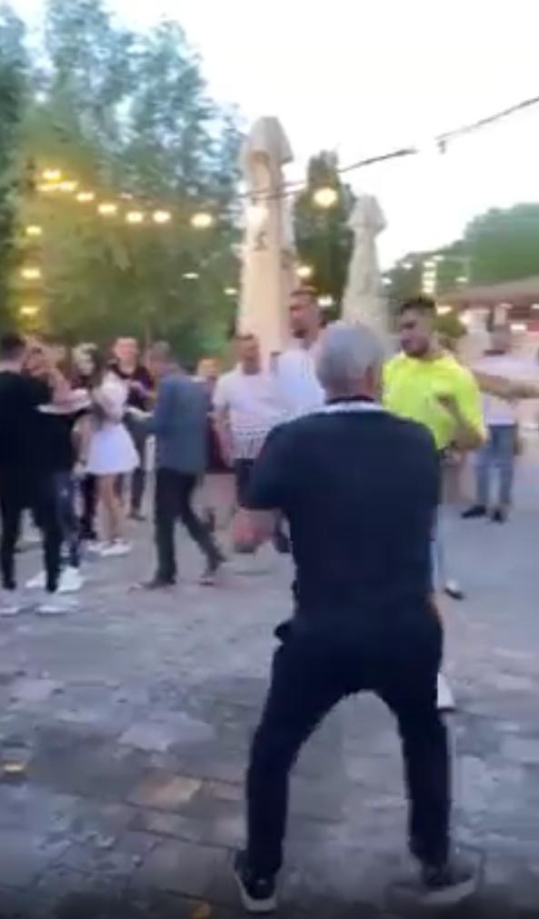 BREAKING NEWS   Cartu a cazut cand incerca sa 'atace' cu sampanie! Momente uluitoare la petrecerea Craiovei