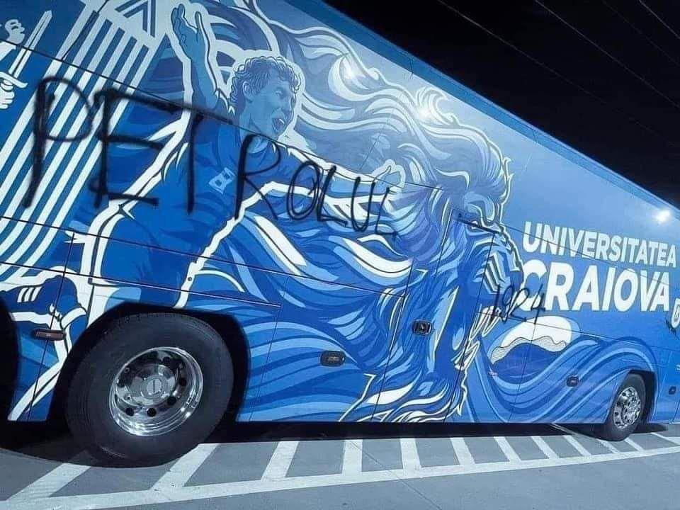 Autocarul lui U Craiova, vadalizat de suporterii Petrolului. Mesajul