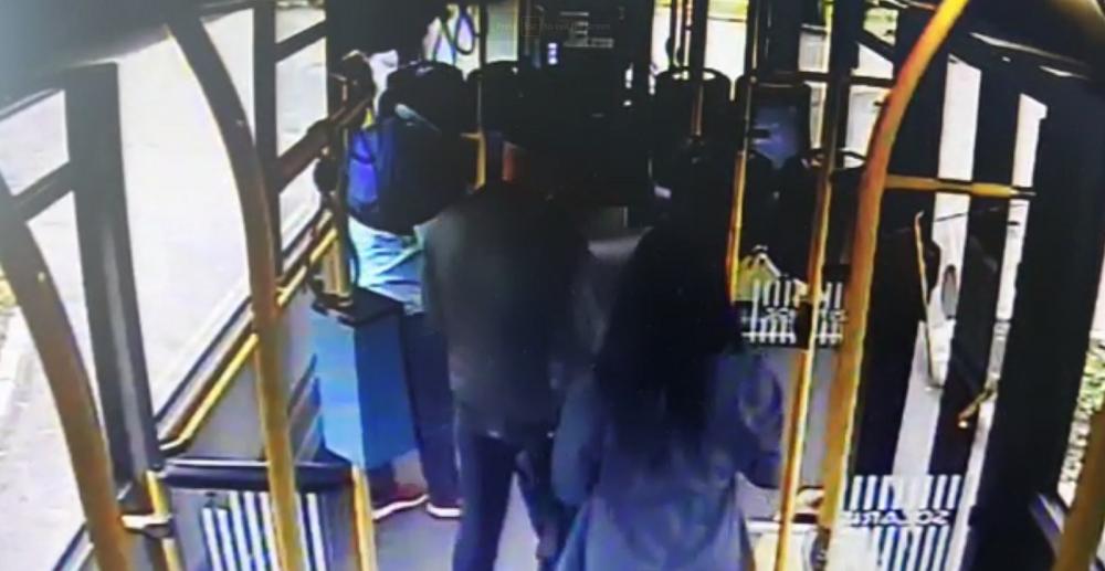 Imagini ireale! O femeie a lovit un controlor dupa ce a fost prinsa fara bilet! I se deschide dosar penal