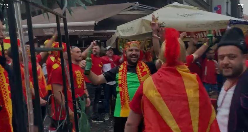 Nici ploaia nu ii opreste! Fanii macedoneni au luat cu asalt Centrul Vechi inaintea meciului cu Austria