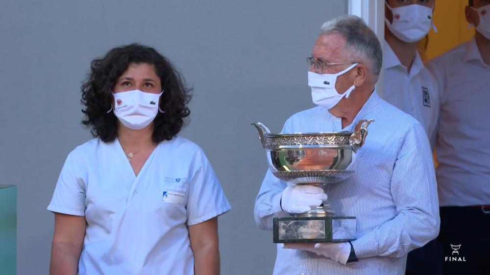Doi medici din prima linie i-au adus trofeul de campion lui Novak Djokovic la Paris! Intregul public a ovationat momentul emotionant