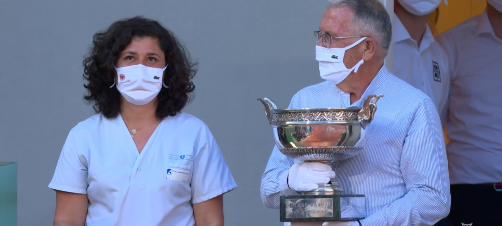 """""""Campionii pandemiei!"""" Doi medici din prima linie i-au adus trofeul de campion lui Novak Djokovic la Paris! Intregul public a ovationat momentul emotionant"""