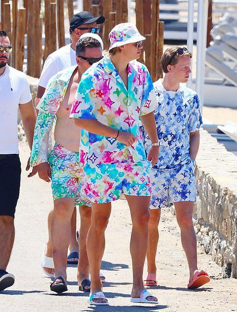 Echipament de EURO! Haaland a fost surprins intr-o tinuta transita, pe plaja! Este in vacanta cu un fotbalist de la City