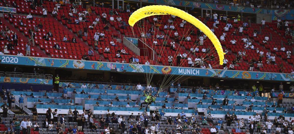Imagini ireale din Germania! Un fan a cazut cu parasuta pe stadion inainte de startul meciului! Totul a fost surprins pe camere