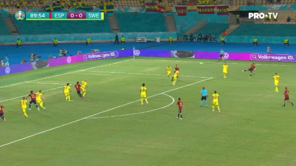 Ocazie mare pentru Spania! Gerard Moreno deviaza cu capul spre poarta, dar Olsen respinge