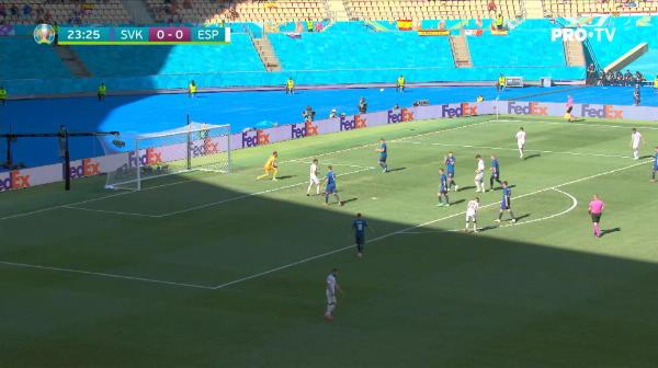 Morata este angajat excelent in centrul careului de 16 metri, insa sutul sau este respins fara probleme de Dubravka