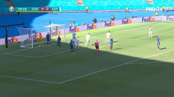 GOOOOOL Spania! Sarabia a sutat in forta, mingea a lovit bara, apoi s-a inaltat. Dubravka a incercat sa boxeze balonul, insa a trimis in proprie poarta