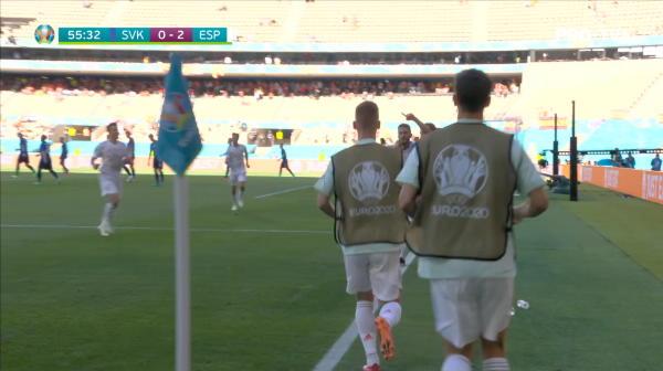 GOOOOOL Spania! Alba patrunde prin flancul stang, apoi centreaza in centru, pana la Sarabia, care trimite in poarta trimite in poarta