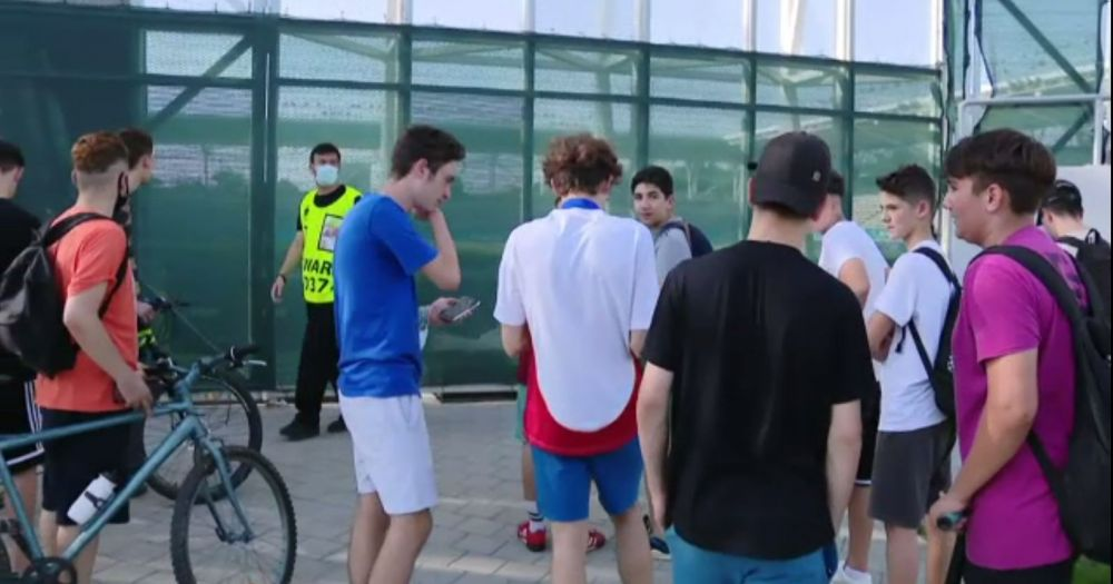 Francezii au intarziat la primul antrenament! Fanii s-au inghesuit sa-i vada pe Benzema si Mbappe, insa au fost tinuti la distanta