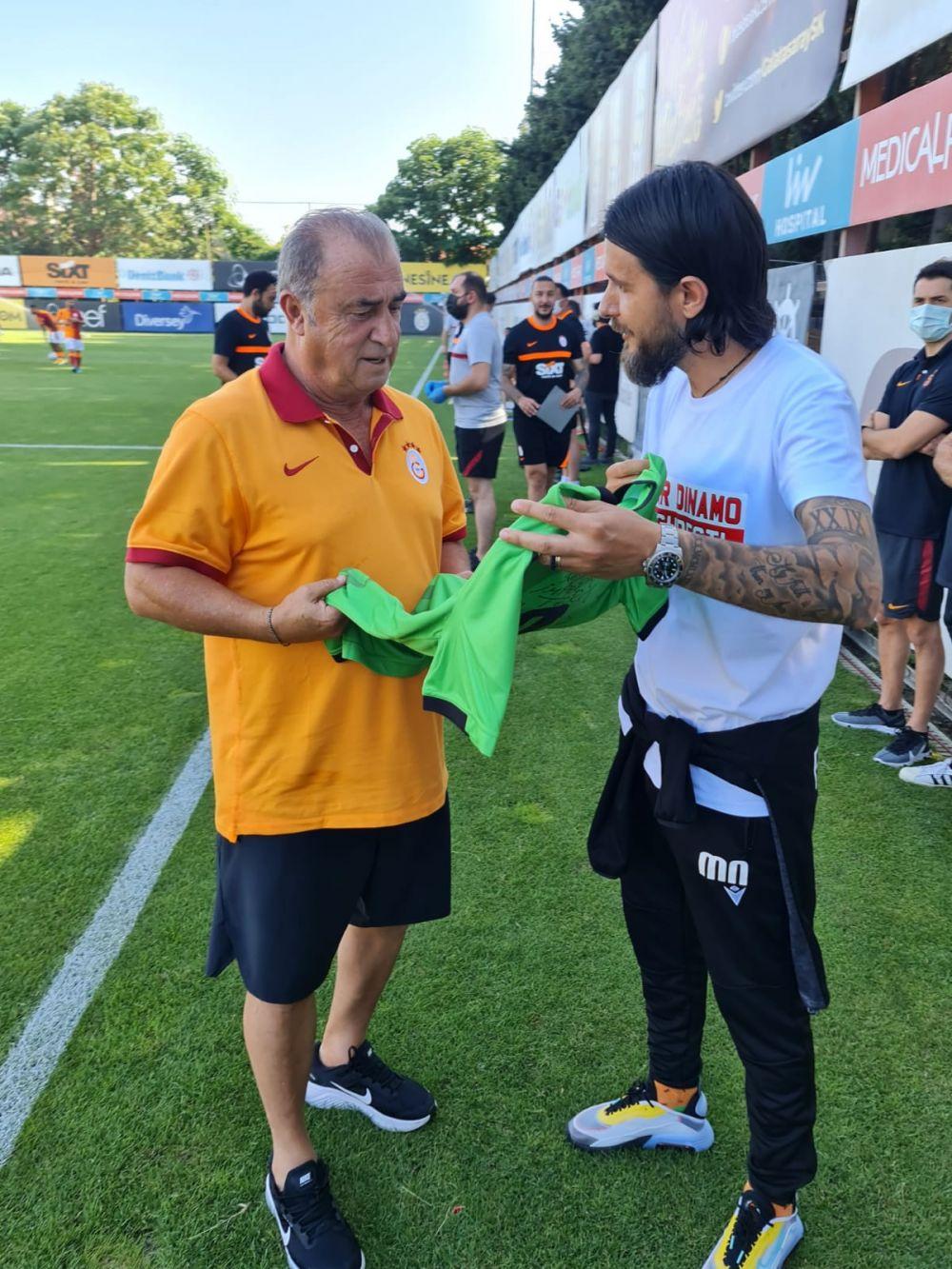 Amical de gala pentru Dinamo! Fostul selectioner al Turciei, Faith Terim, a primit tricoul DDB! Imagini din Turcia