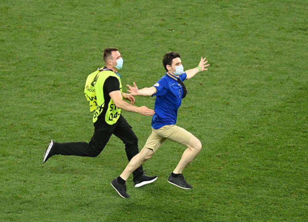 Pe el au fost toti ochii! Fanul care a sarit pe teren pe Arena Nationala pentru a ajunge la superstarurile Frantei! Imaginile momentului