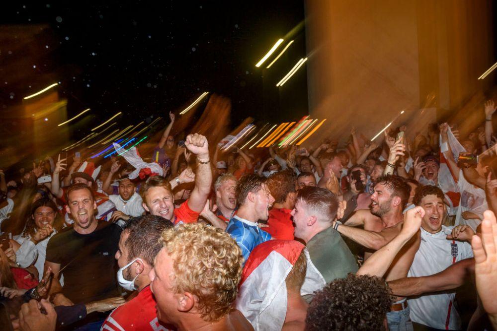 Sunt imaginile momentului! Dupa victoria Angliei cu Ucraina, politistii au arestat mingea! :) Ce au putut face fanii