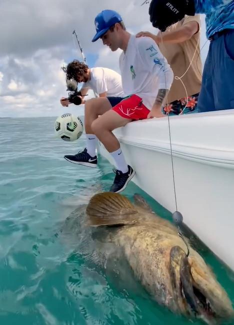 Imagini incredibile cu starul lui Chelsea! A jonglat cu mingea pe marginea unei barci, langa un peste gigant si a fost aproape sa cada in ocean
