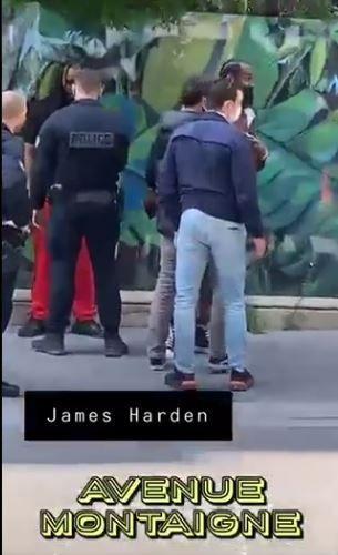 Imagini incredibile la Paris! James Harden, oprit si controlat de politie in plina strada