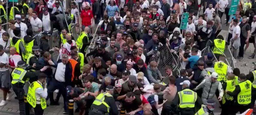 Anarchy in the UK! Imagini incredibile pe Wembley! Fanii forteaza in valuri intrarea pe stadion