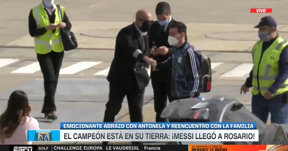 Imagini superbe cu Messi! S-a intors in Rosario si s-a intalnit cu Antonela chiar pe pista din aeroport! Cum au fost surprinsi