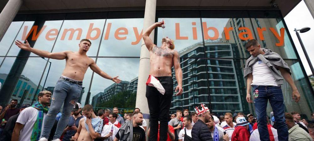 E haos total la Londra! Fanii au rupt barierele de securitate si au invadat stadionul