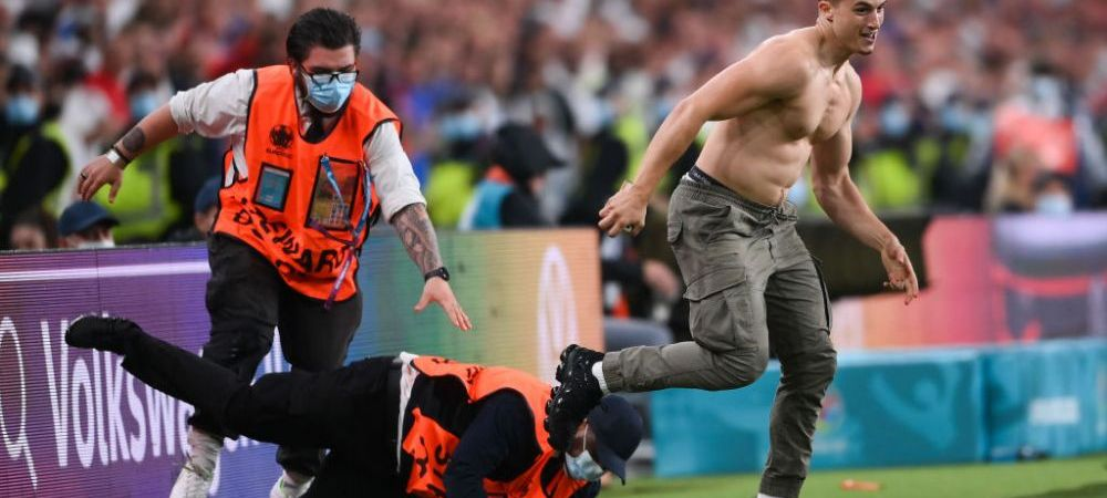 Inca un moment de nebunie la finala Euro! A intrat pe teren si a innebunit audienta feminina, dar si stewarzii