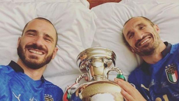 Chiellini a dormit cu trofeul Euro 2020 in pat! Bonucci a pazit si el cupa in camera lor de hotel
