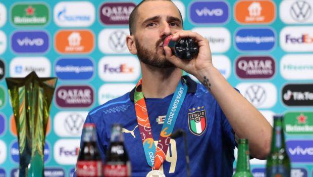 A asteptat pana la final sa le arate cine e 'seful'! Leonardo Bonucci, show la conferinta de presa: ce a facut cu sticlele de bautura VIDEO