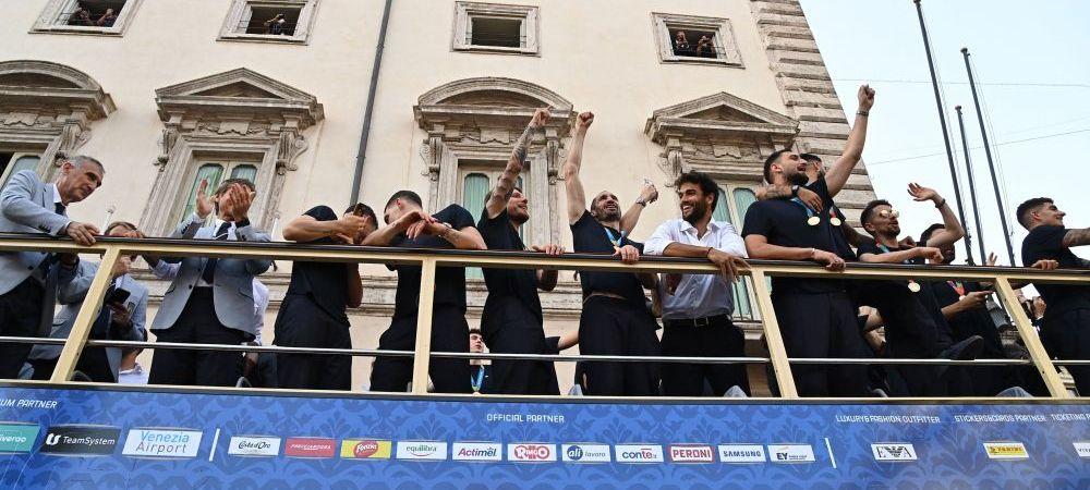 Intrus printre campioni! :) Finalistul Wimbledon, Matteo Berrettini si-a facut de cap alaturi de echipa nationala a Italiei pe autobuzul care a facut turul Romei